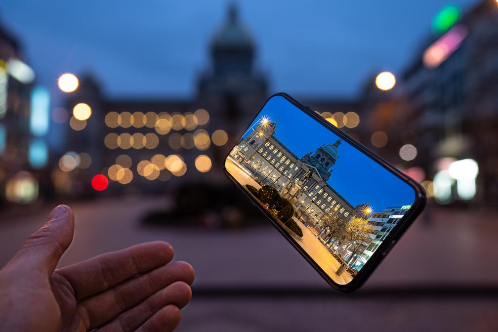 Registrace do fotosoutěže Dvě tváře Prahy prodloužena do 13. září. Pražané mají jedinečnou šanci zachytit atmosféru probouzejícího se města duchů.